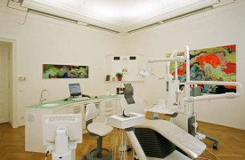 A surgery that puts you at ease. Relaxing colours, pleasant lighting, soft music and colourful pictures all have a positive effect